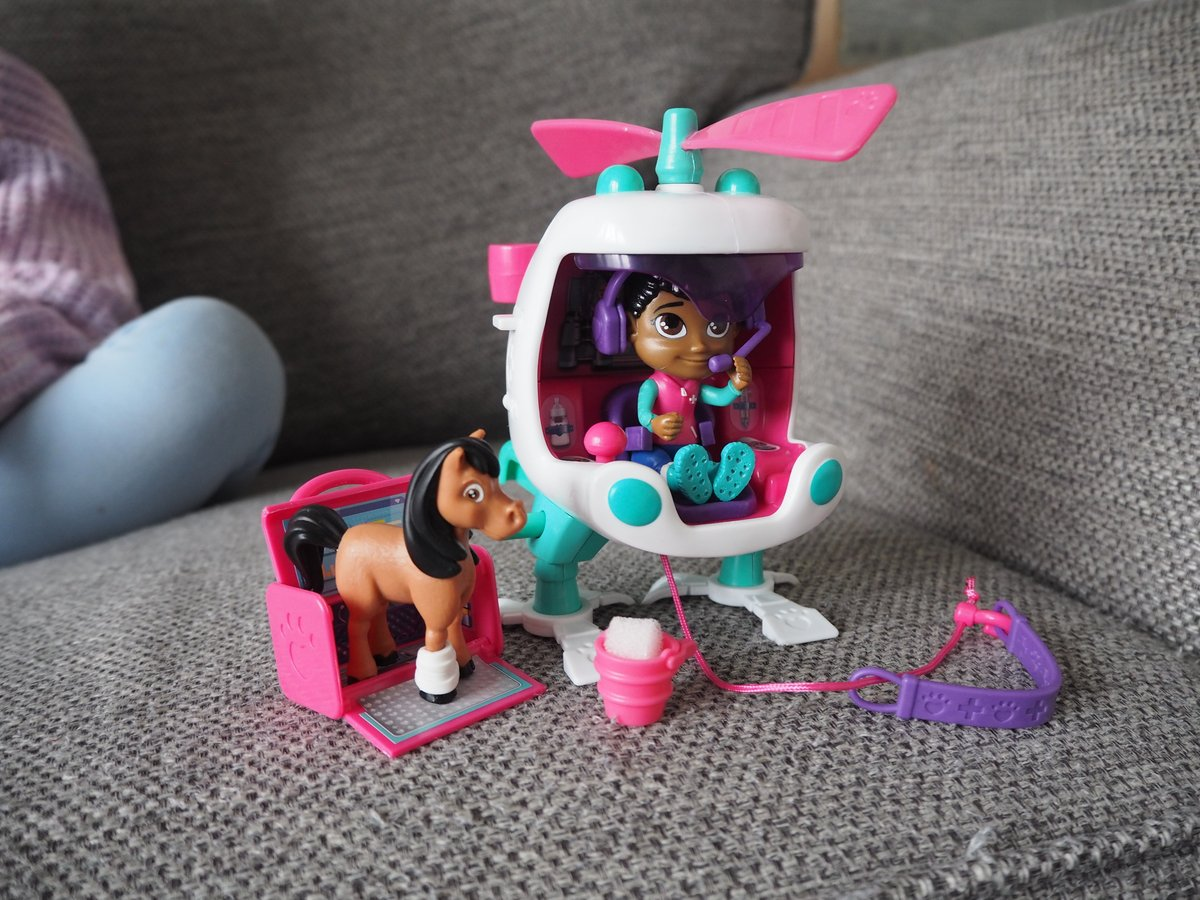 Robin's Air Ambulance is very cool with it's working winch! Weee, she's soaring the skies looking for animals to save! #VetSquad @BlogOnUK @VividToyGroup #ad https://t.co/f45zmbCH1K