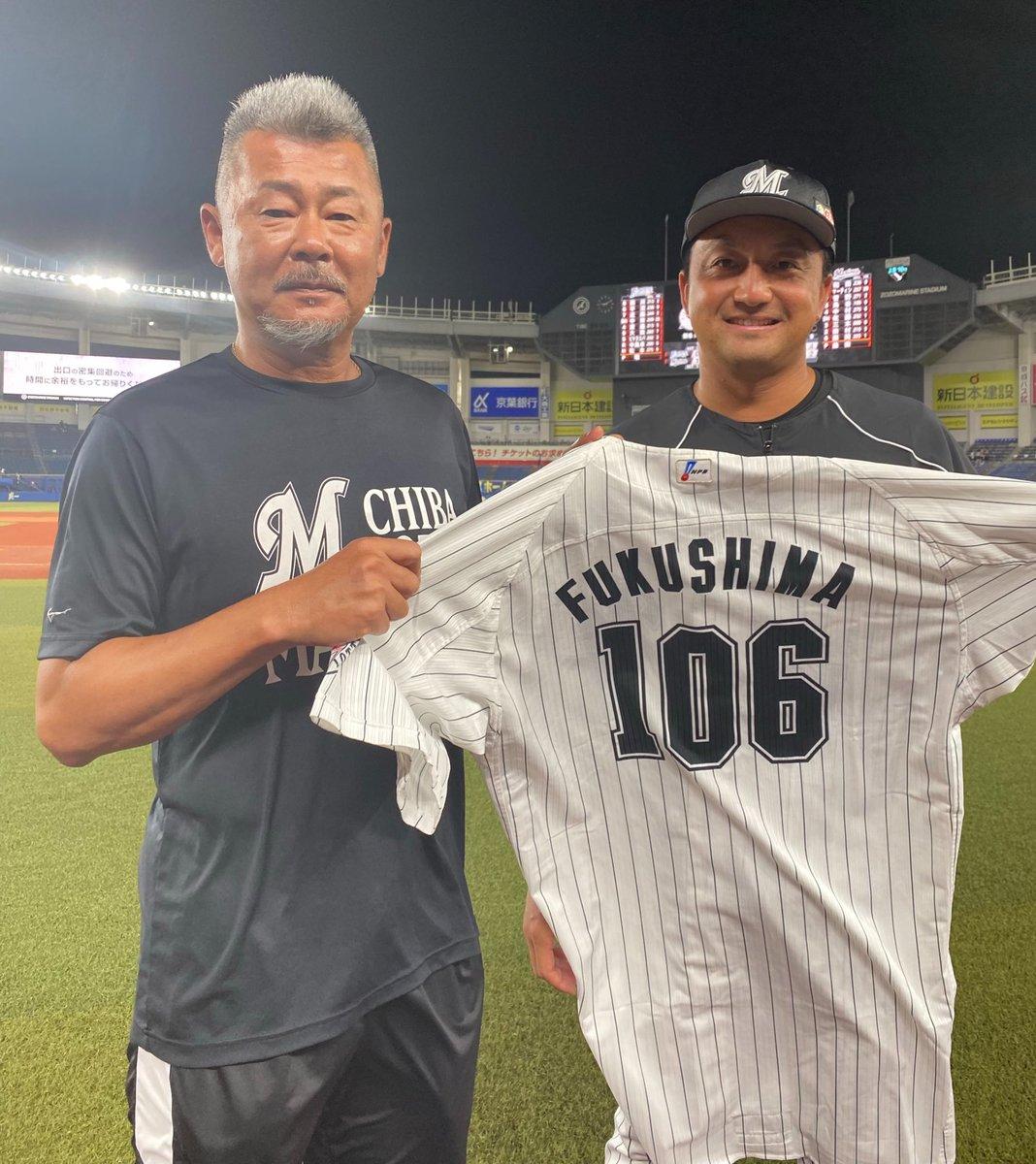 打撃の投手の福嶋明弘さんのユニホームを着て登板した澤村投手と福嶋さん。「すいません!ユニホームお借りしました!」と澤村投手。(広報) #chibalotte