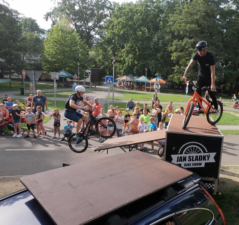 Jan Sladký a profesionální biketrialová exhibice. Sobotní dopravní odpoledne v hobbyparku. #bohumin #bikeshow #hobbypark #dopravniodpoledne #k3bohumin #doprava #bezpecnost https://t.co/S6qcJFSk4y