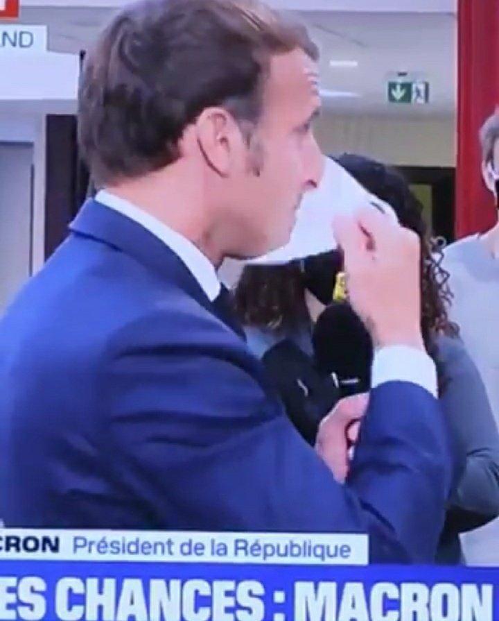 Cest qui qui qui se fout de notre gueule, c'est bibi. Macron qui enlève son masque 😷en plein direct sur BFMerde et tousse😳  #COVID19 #DictatureSanitaire #lesmasquesvonttomber