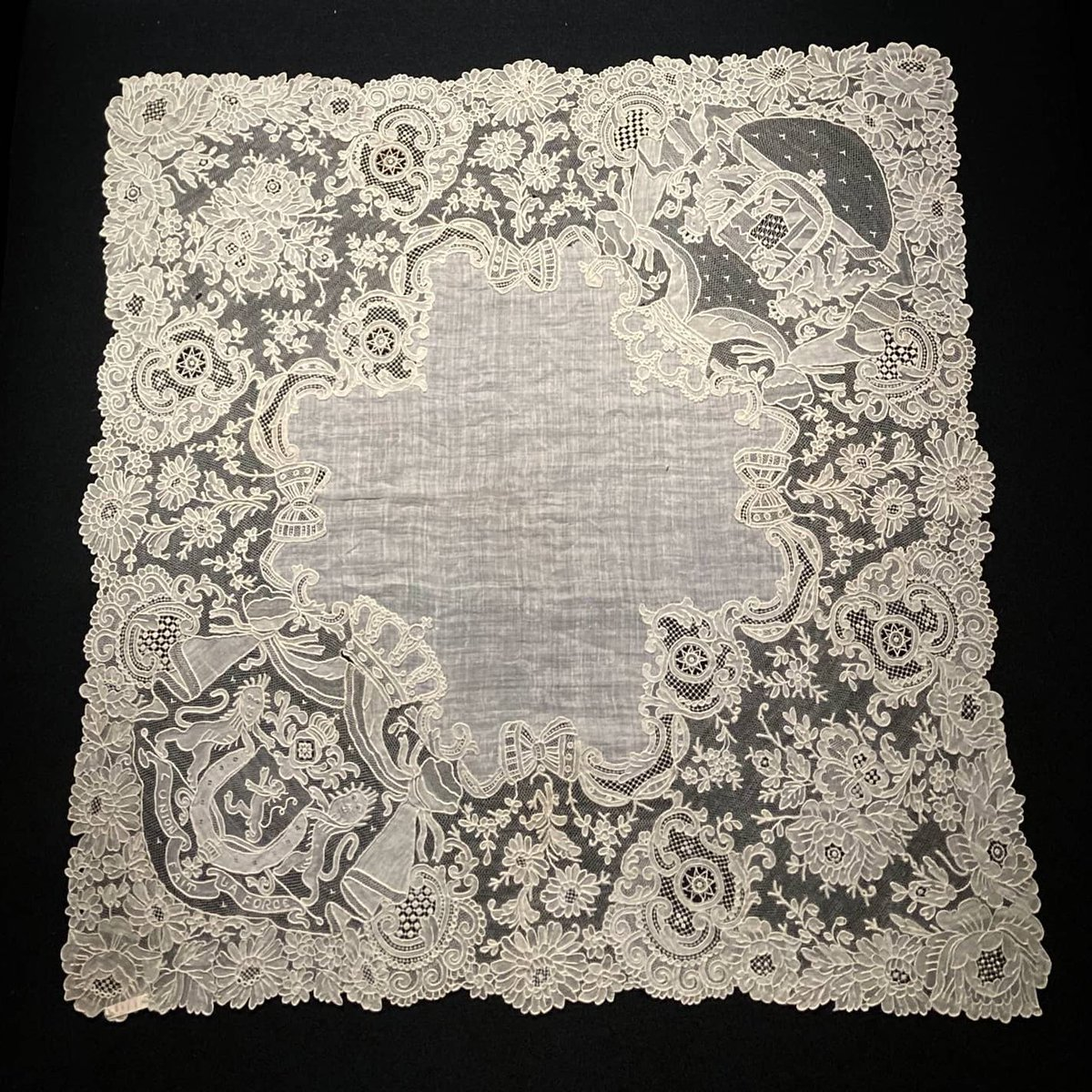 Two royal handkerchiefs from our lace collections.  Both belonged to the Belgian queen Elisabeth, wife of Albert I. Before their marriage she was princess of Wittelsbach and duchess of Bavaria.   On both handkerchiefs you can see the coat of arms of Belgium and Bavaria. https://t.co/5JfF4xfJmp