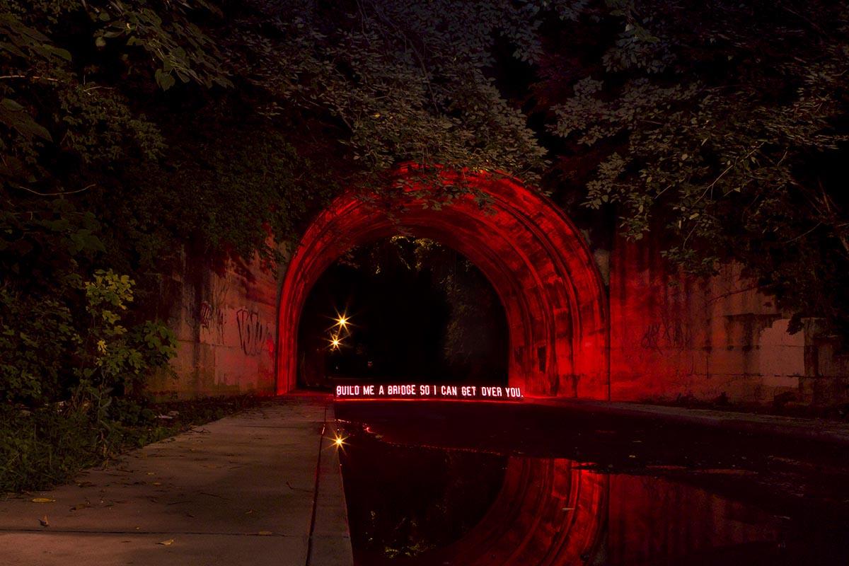 Işık sanatçısı Olivia Steele'ın şehre yerleştirildiğinde anlamını tamamlayan neon yazıları. https://t.co/LJArwWrFSX