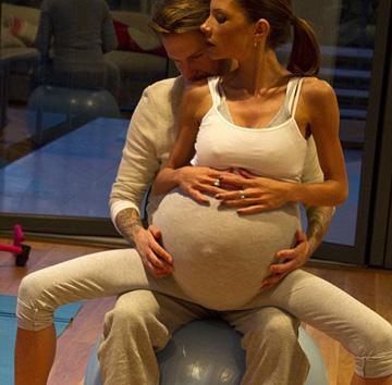 #VictoriaBeckham Baby Weighs More Than Her https://t.co/mTua0kfm5q #poshspice https://t.co/8hHoVkeYy9