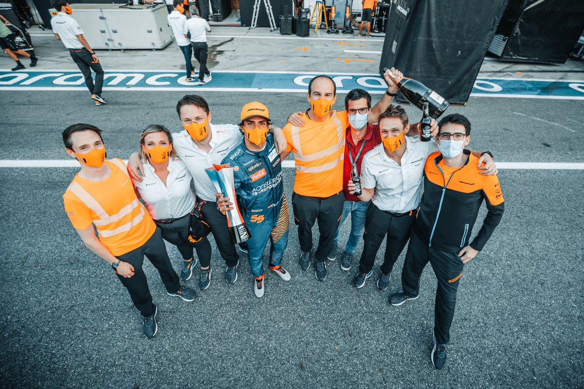 A small portion of Team 5️⃣5️⃣ 🌶 ! Even smaller portion of the whole @McLarenF1 family! - #Carlossainz https://t.co/ToJM3lT3ud