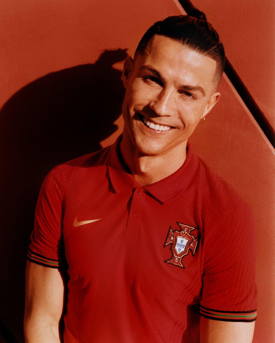 Saluden al primer futbolista europeo capaz de alcanzar los 100 GOLES INTERNACIONALES en toda la historia del juego. El futbolista sin límites. La leyenda CR7. THE BEAST. https://t.co/7SsgHf1NYs