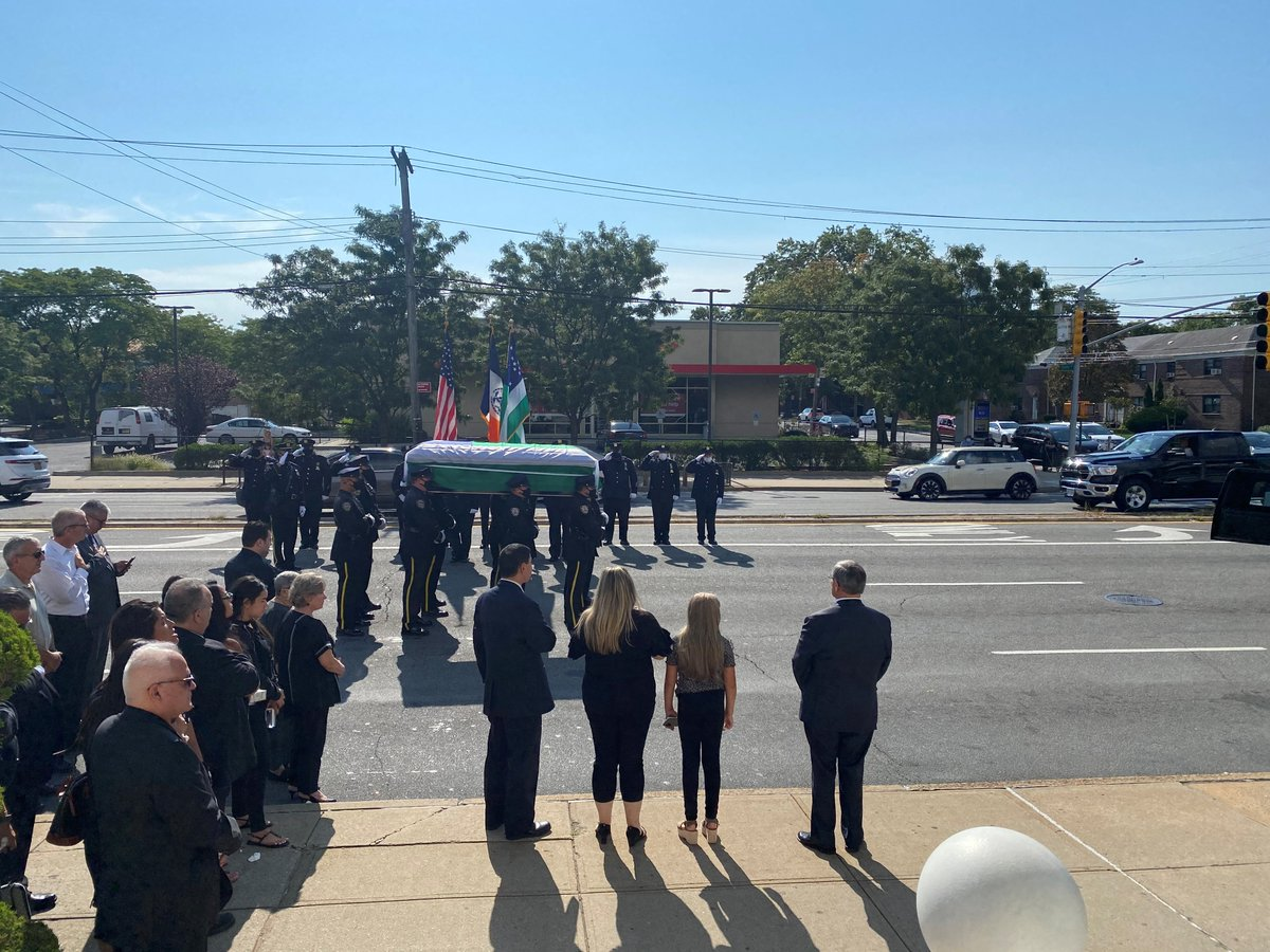 Today the @NYPDnews laid to rest Detective Peter Gianfrancesco (ret).  For over twenty years Det Gianfrancesco served the #NYPD with courage and distinction.  We #neverforget our #fallenfinest  #9/11 https://t.co/8QHXxovF7b
