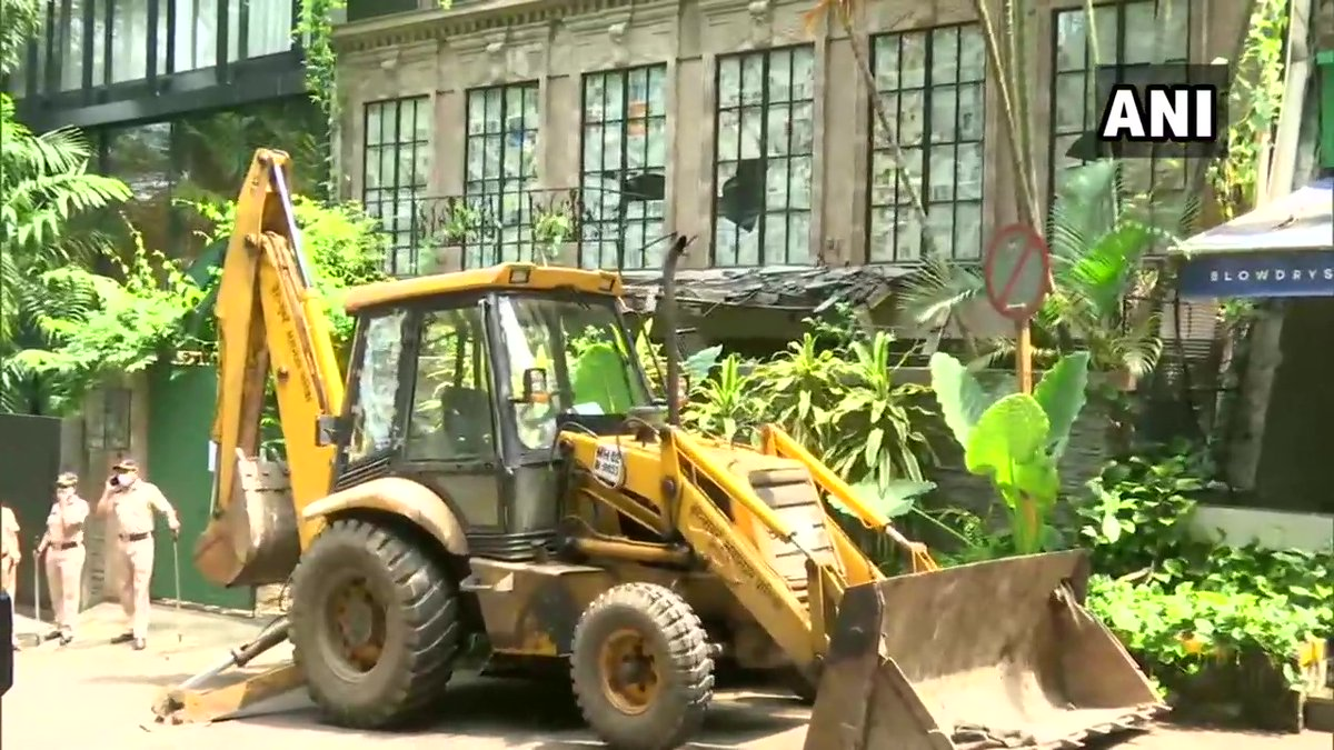 Mumbai: Brihanmumbai Municipal Corporation (BMC) officials carry out demolition at Kangana Ranaut's office. https://t.co/aepwSeFePb