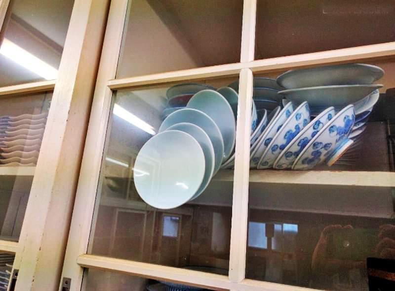 Schrödingers Plates: The plates are both broken and not broken until you open the door.