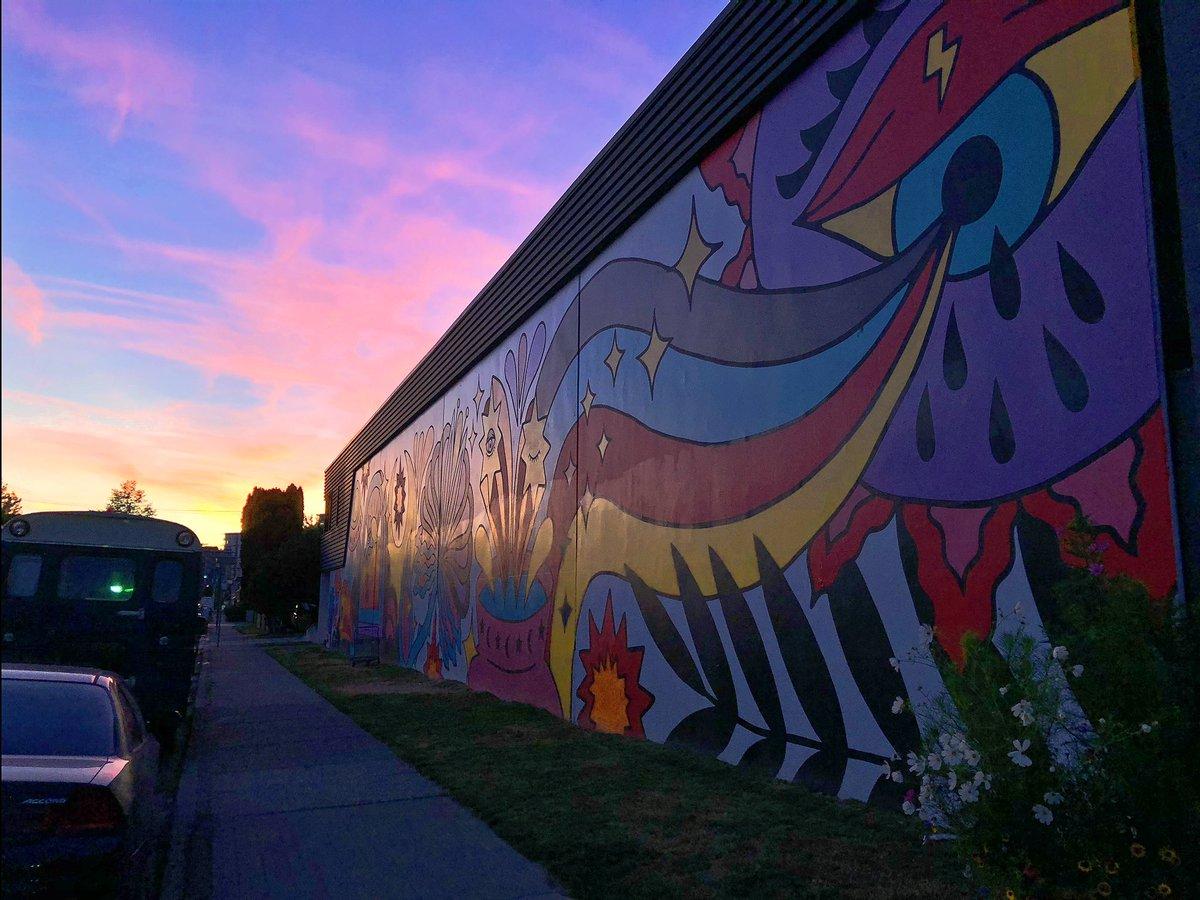 I love to find art in the sky, walls, doors, halls, alleys and streets 🤗 #art #streetart #sunset #lights #nightlights #dusk #mood #eastside https://t.co/OuQpA0IA89