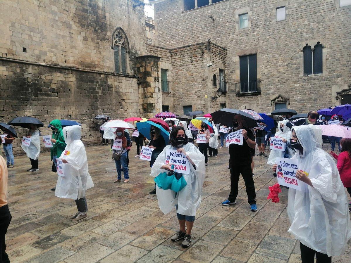 En representació de totes les treballadores de Fundesplai reclamem una tornada a l'escola segura i cridem ben fort #RespectePerLEdcuacio i prou precarització del #LleureEducatiu ‼️ https://t.co/G0SOEV1SOU