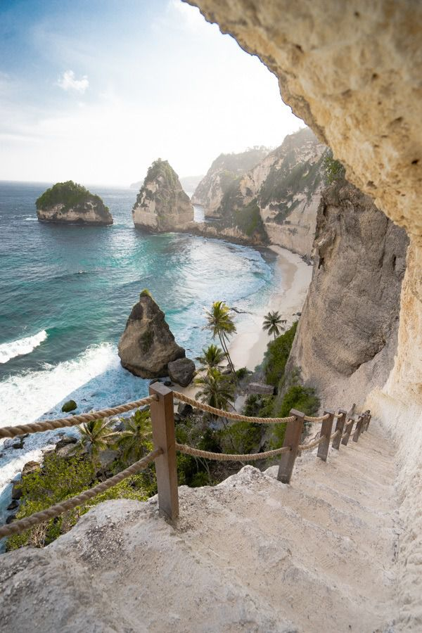 Pantai Diamond di pulau Nusa Penida masih sepi, kini dibuka untuk umum.  Tangga hanya membutuhkan beberapa menit untuk mencapai dasar tetapi memberikan pemandangan yang menakjubkan selama mendaki dan turun. https://t.co/2Dyx75ls5J