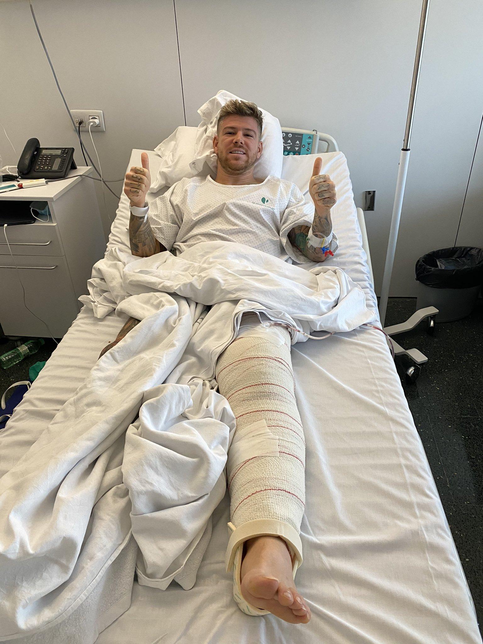 Alberto Moreno, en el quirófano tras confirmarse su lesión con el Villarreal.