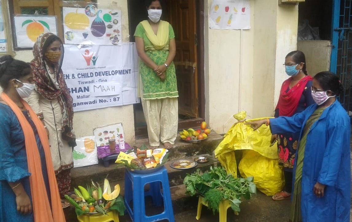 #PoshanMaah2020 के अंतर्गत गोवा में आंगनवाड़ी वर्कर्स घर-घर जाकर लोगों को पौष्टिक आहार में फलों एवं सब्जियों के सेवन का महत्व समझा रही हैं। इसके साथ- साथ #Covid19 महामारी से बचाव के लिए सेफ डिस्टेंस बनाये रखने के लिए जागरूक भी कर रही हैं।   #POSHANAbhiyaan  #Local4Poshan https://t.co/kx0tcCfYUK
