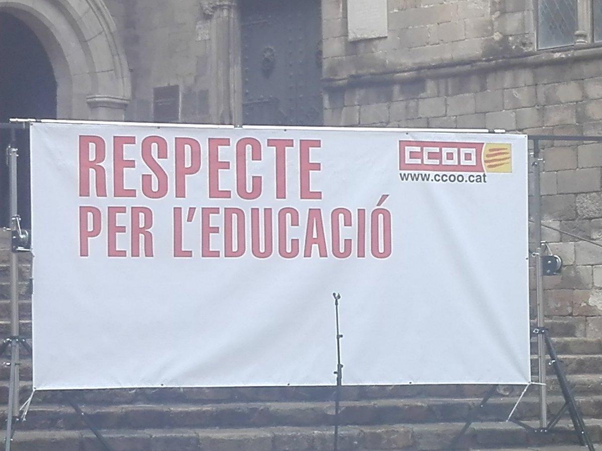 A punt de començar acte de #RespecteperEducació tota @CCOOeducacio hi som presents per fer les nostres reclamacions. El @LleureEducatiu també estem. https://t.co/Y35ceFNsaf