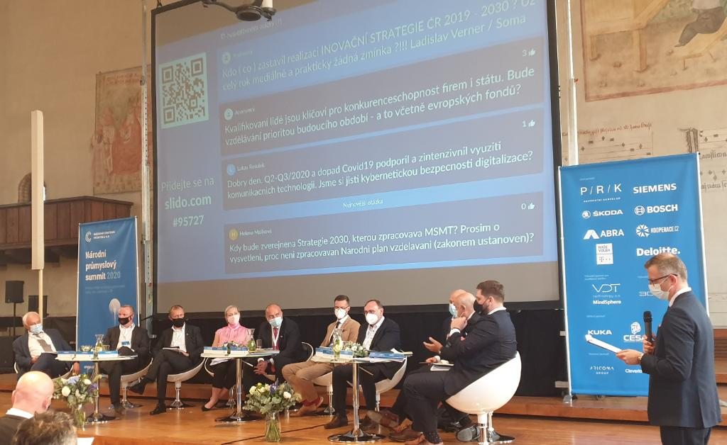 Generální ředitel Siemens ČR @EduardPalisek dnes na Národním průmyslovém summitu pořádaném @NCP40 a @CIIRCCTU v diskuzním panelu nad klíčovými tématy potřeby investic do nových technologií & inovací a spolupráce průmyslové a akademické sféry #digitalizace #prumysl @SiemensCzech https://t.co/vsJoZMK18O