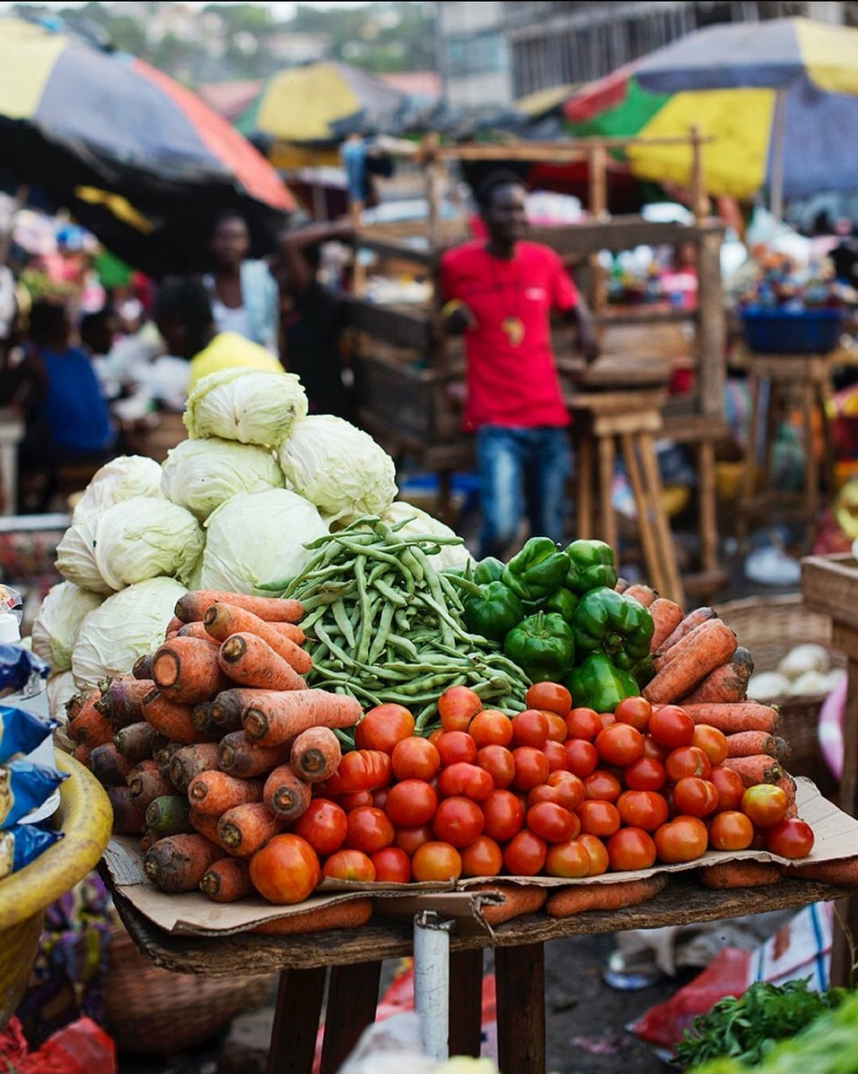 """Colors of Africa. What is your favorite thing during """"Markit""""day?  #IPCTravelAgency #yourguidetosierraleone #SierraLeone #Salone #SaloneTwitter #Africa #WestAfrica #AfricanMarket #SightsofAfrica #Tourism https://t.co/3ascBRWJ39"""