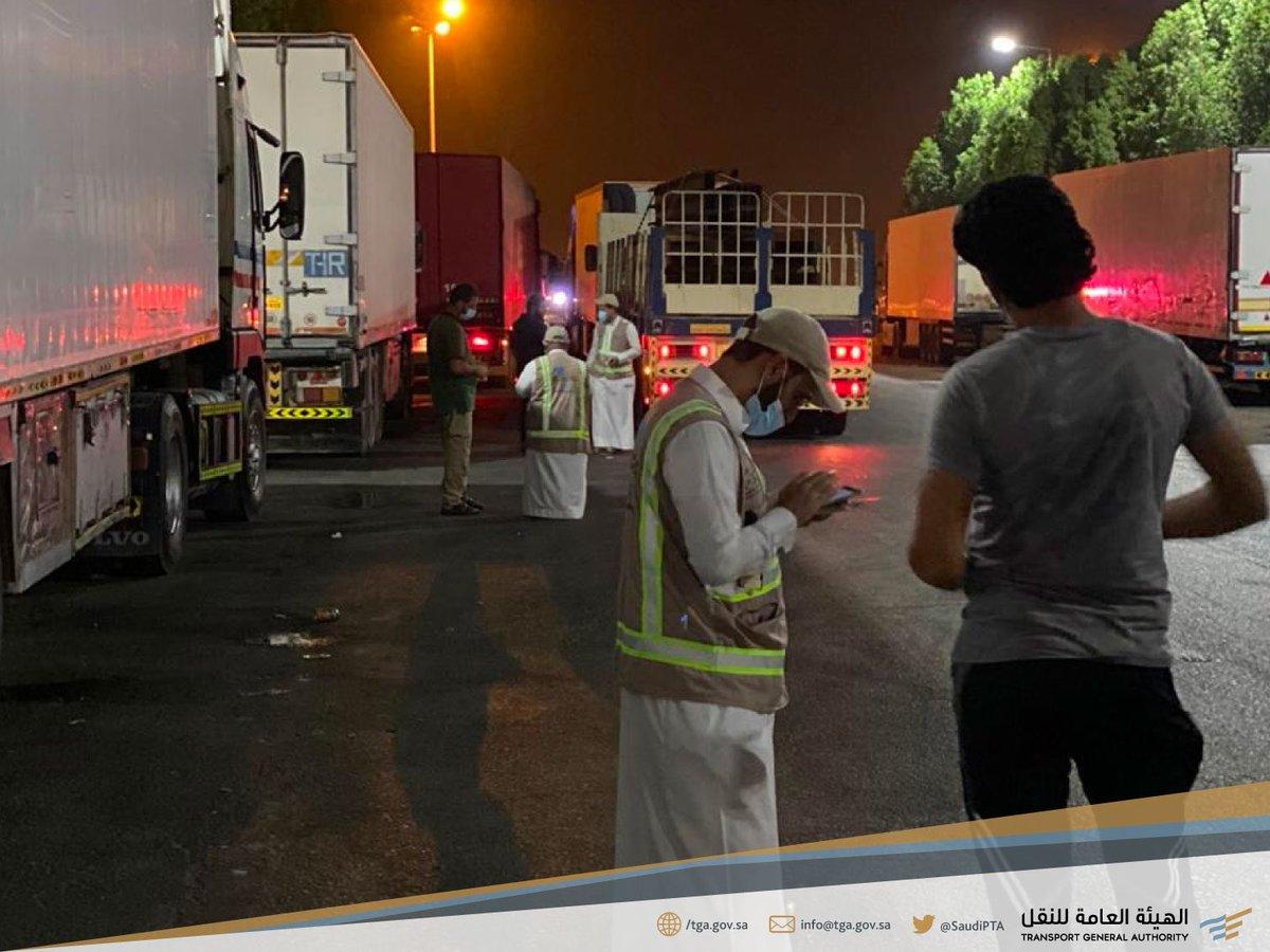 ضبط ورصد للشاحنات الأجنبية المخالفة والتي تمارس نشاط نقل البضائع بين المدن، وتواجد ميداني للحملة الرقابية المشتركة التي تنفذها @Saudi_TGA وبالتعاون مع @SA_HWY_SECURITY  في أحد المواقع المستهدفة في #المنطقة_الشرقية. https://t.co/YUGr8KPAXX