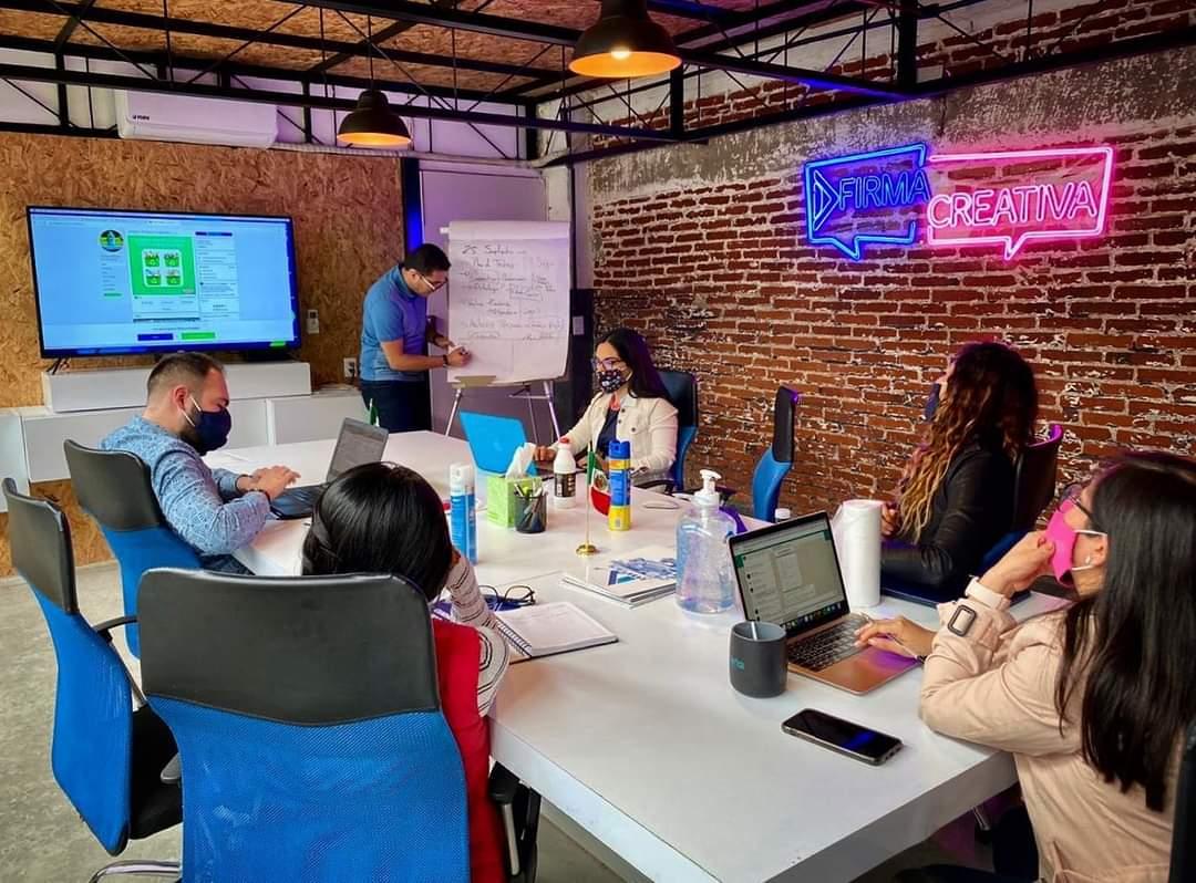 Junta creativa. ⏰💡 De aquí saldrá la estrategia de una nueva marca en nuestra Industria. 🤓 #CreativosMexicanos #TeamComarka #IndustriaCreativa https://t.co/pV3Pq1CEXW