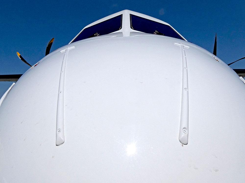 どうも、JALの中の人です ・ω・)ノ  今日はATR42-600型機の鼻をお届け✈️  せっかくなので、 #ATR42 の鼻によってみました‼️が… あっ、つい、より過ぎた…  こんなアングルどうでしょうか?(・・*)ゞ  #JALおすすめアングル https://t.co/S1Zp2vBV3c