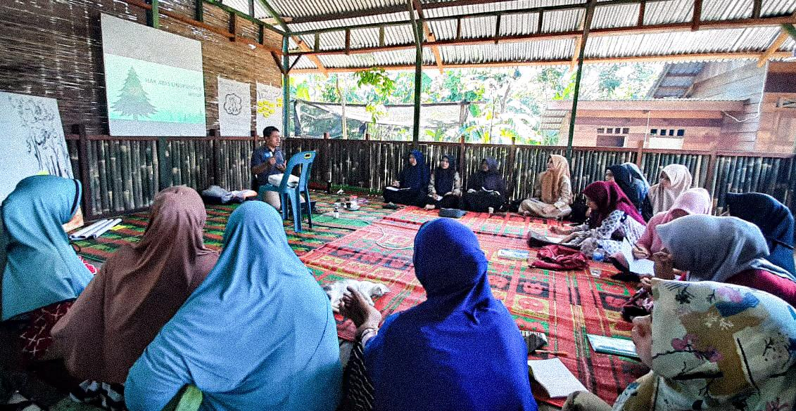Through this training, which was attended by women's groups from 4 districts in Aceh Tamiang and 1 district in Aceh Timur, the group of women had the opportunity to gain a deeper understanding of basic #environmentalrights ... https://t.co/LCMe4t64pY