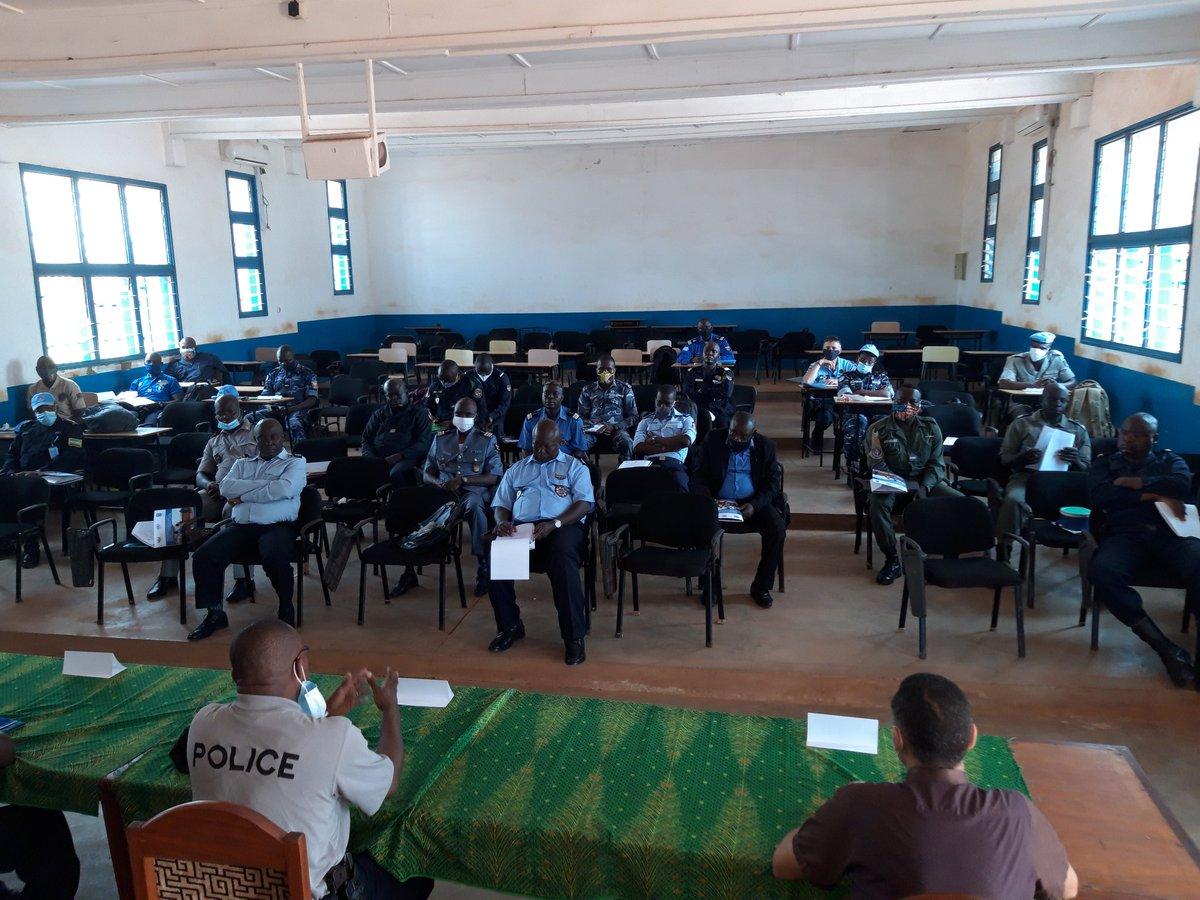 En appui au processus électoral en #RCA 🇨🇫, le @PNUD_RCA appuiera les #FSI 👮🏿♀️👮🏿♂️ dans la sécurisation des #Elections2020. 1ère étape avec les #policiers et #gendarmes, lancement d'un atelier de validation du curriculum de formation. Ensemble avec @UN_CAR et @UNPeacebuilding #PAPEC https://t.co/loptcNVQj2