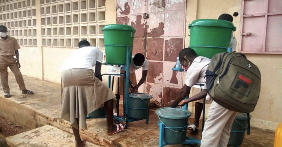 Bravo à Association ANVA qui a fourni 4500 masques, 114 kits de lavage de mains et 11000 litres de savon à près de 100 comités et écoles de Cinkassé et Dapaong. C'est l'une des 6 organisations régionales du Togo de  @USAIDWestAfrica REWARD pour la sensibilisation anti #COVID19. https://t.co/jkDiwtJUd6