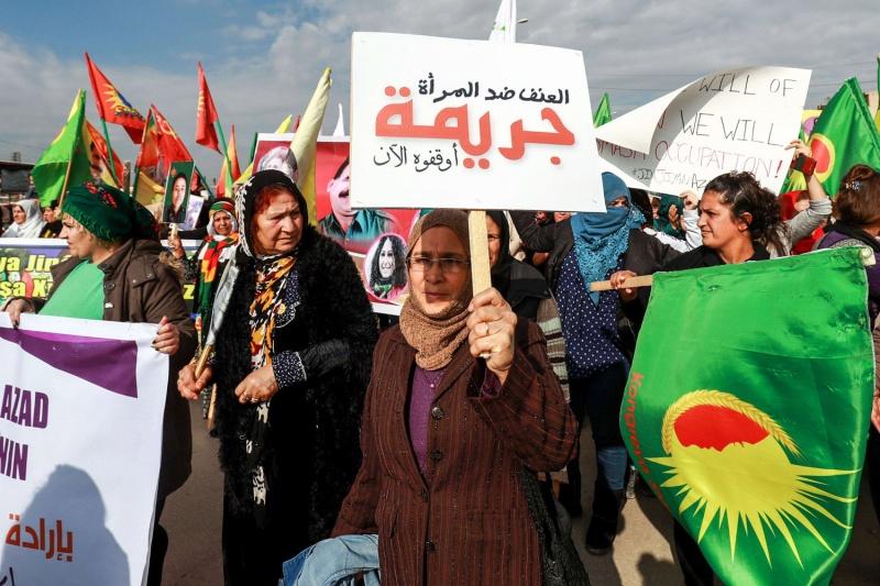 عنفٌ يُمارس على #النساء في ظروف من #الحرب والخوف و #التهجير وشحّ لقمة العيش على ضفتي #نهر_الفرات، الذي يعبر #سوريا ويشهد على هذا القهر والحزن اللذين يبدوان وحدهما ما يربطان الآن شرق النهر بغربه. #المرأة_السورية #الجندر #اغتصاب #التحرّش #تمكين #تعليم https://t.co/UnIId1DVR5 https://t.co/MnZmDBFpgg