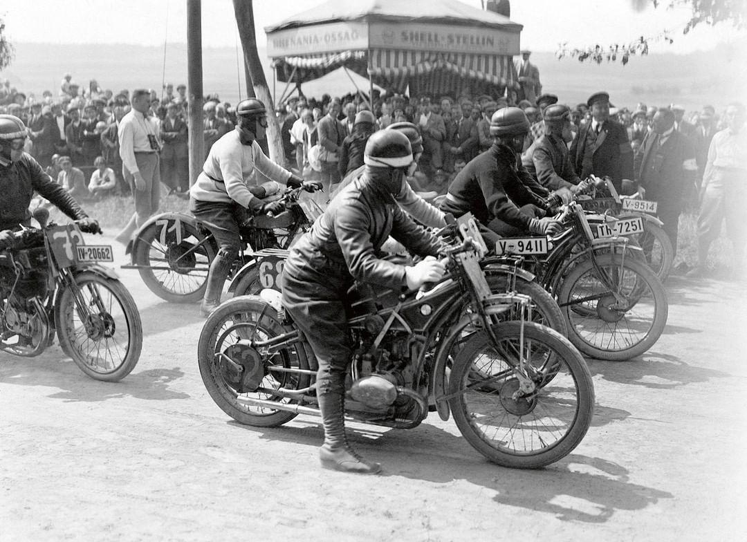 """#R37 yarışmak için tasarlandı. Projenin baş mühendisi Rudolf Schleichler'in 1926'da gerçekleşen """"International Six-Days Enduro"""" yarışmasında Almanya için ilk altın madalyayı kazanmasıyla #BMWMotorrad ilk büyük zaferini kutladı. #MakeLifeARide #BMWMotorradTürkiye #TBT https://t.co/2KV4UWRoP5"""