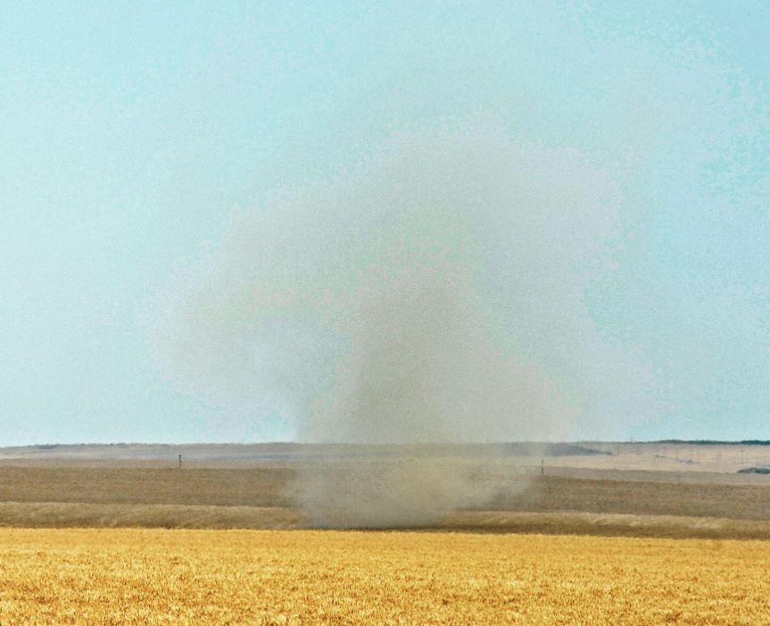 There have been a few reports of a dust devils today (like a mini twister), They are usually several metres in diameter at the base, then narrowing for a short distance before expanding again. They mainly occur in hay fields and start on the ground and grow upwards. DB https://t.co/2g9og918S7