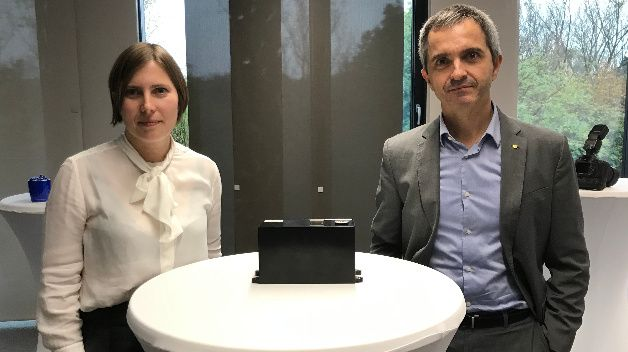Wide bandgap transistors place high demands on DC link #capacitors. @TDK_Electronics has developed a dielectric for film capacitors to be used up to +125 °C and a novel winding design. We asked Dr. Lucía Cabo and Fernando Rodríguez. https://t.co/fsYjjlUzDT #siliconcarbide https://t.co/ZIErcgalBo