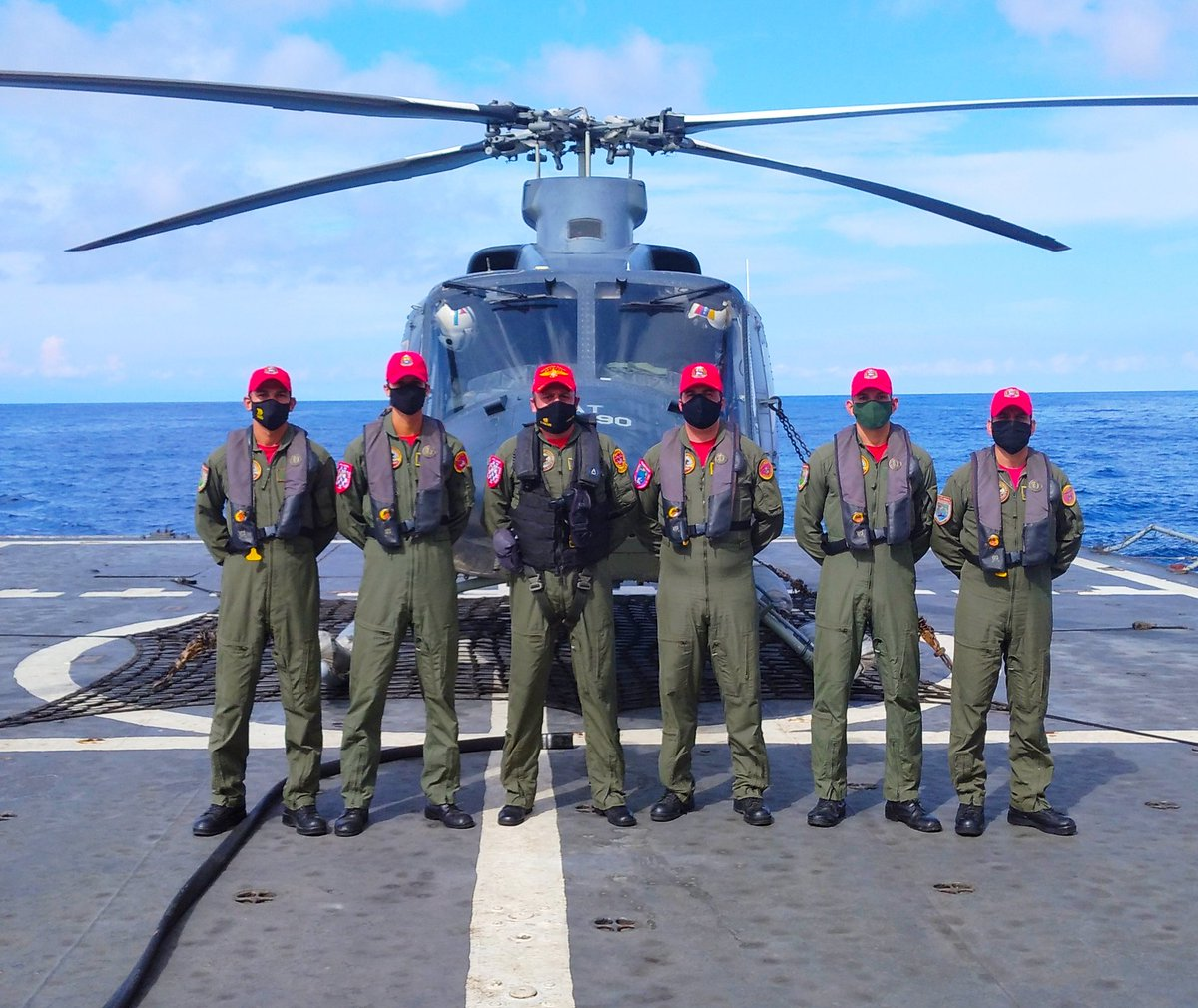 #09Sep El comandante del @ARB_CANEATA efectuó recalificación de sus tripulantes en toques y despegue a bordo de las unidades flotantes. Continuamos con el adiestramiento de nuestro personal. BZ. #BinomioBuqueHelicoptero https://t.co/SLOb0M7lvA