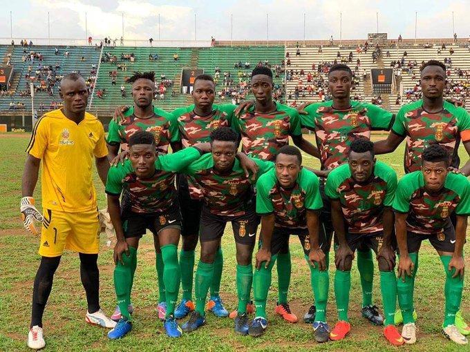 Hay modelos un poco mas osados, como este del RSLAF FC de Sierra Leona 🇸🇱. ¿Genialidad absoluta o cualquier cosa? Juzguen ustedes. Ojo, tiene sentido, es el equipo de las fuerzas armadas. https://t.co/Hey9uPg4DE