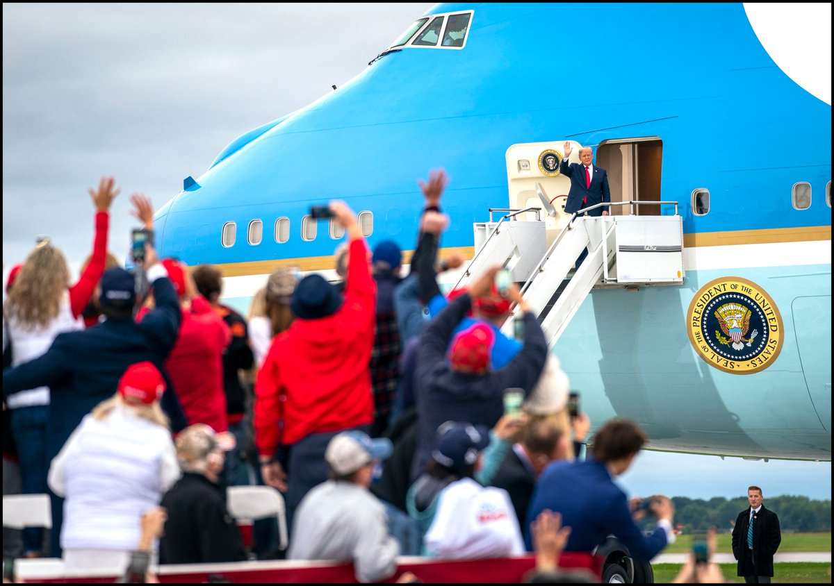.@realDonaldTrump waves from the steps of Air Force One as he arrives for a campaign rally at MBS International Airport in Freeland, MI. https://t.co/BfD4p9XnzS