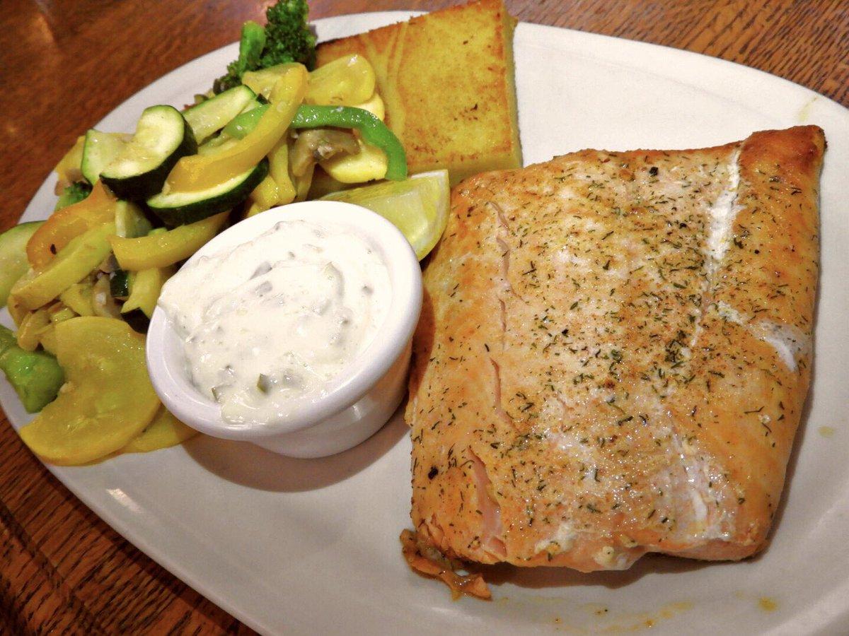 チナ温泉レストランお食事紹介パート2、メイン!定番キングサーモン、リブアイステーキ、帆立、メインでは無いですが炙りマグロのサラダ!ボリュームありますが美味しいです!#アラスカ #チナ温泉リゾート #レストラン #キングサーモン #リブアイステーキ #ホタテ #炙りマグロ #alaska  #dinner https://t.co/kCQfntvHh7