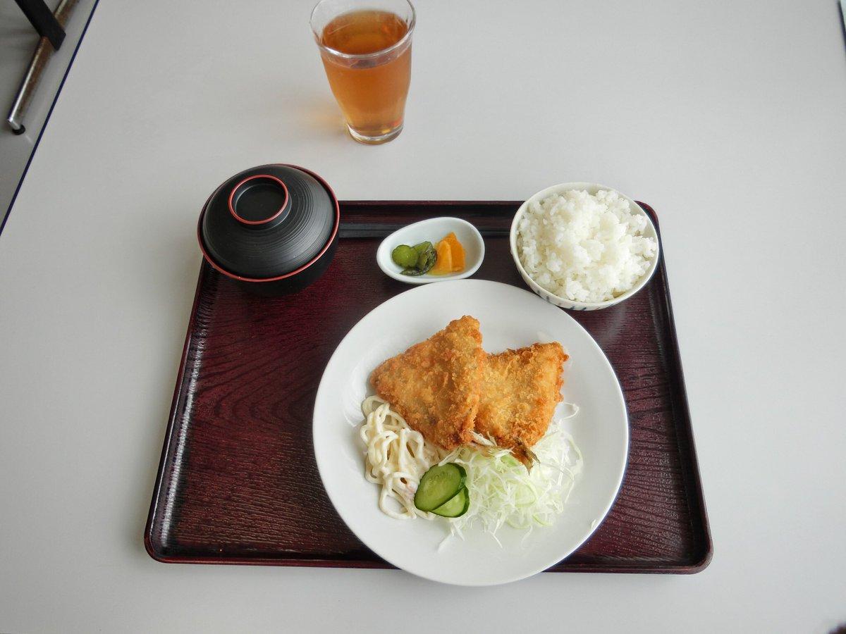 ①昼食。アジフライ定食。温かいご飯🍚は嬉しい😊。②某食堂にて。普通の人は来ない食堂ですな。③食堂前にある求人ポスター😅。