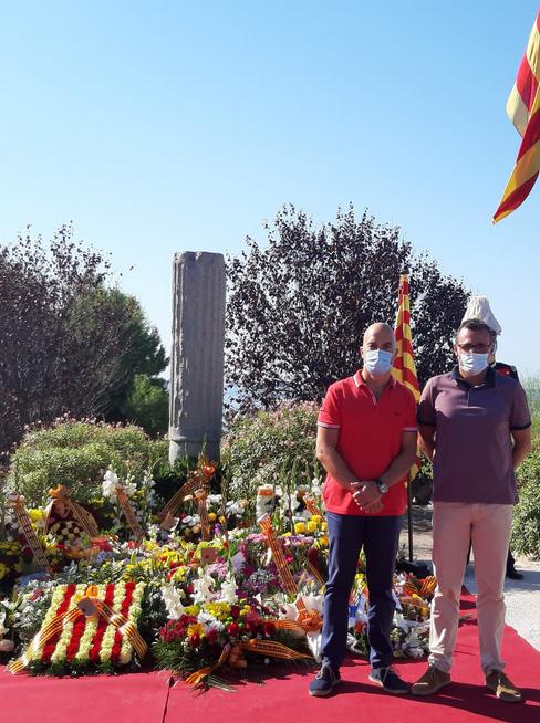 Feliç Diada a tothom! Com cada any, membres de la Junta Directiva del Club Natació Tàrraco han participat en la tradicional ofrena floral al monument de Rafael Casanova.  Avui, dia festiu, les instal·lacions del Club romandran tancades. #diada11setembre2020 https://t.co/YX0NubihWI