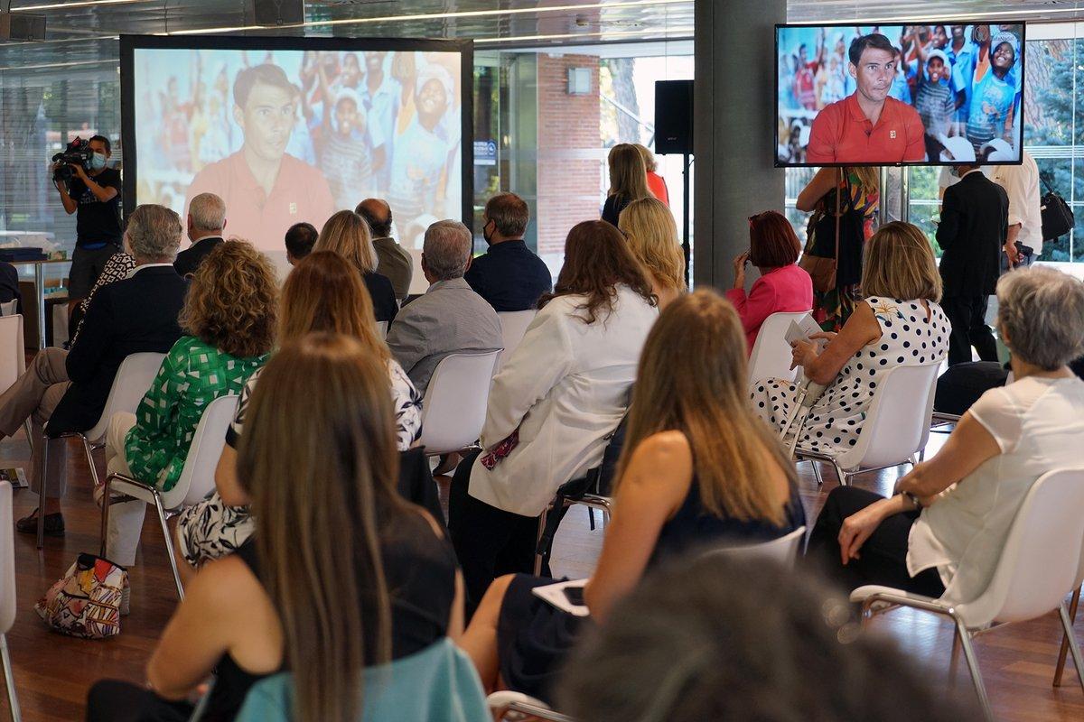 """Los corresponsales extranjeros han premiado a @RafaelNadal """"por su papel social y solidario a través de la #FundaciónRafaNadal"""". Nuestro patrono Francisco de Bergia fue quien recogió el premio en su nombre. ¡Gracias por este reconocimiento! https://t.co/aKReLmGwPI"""