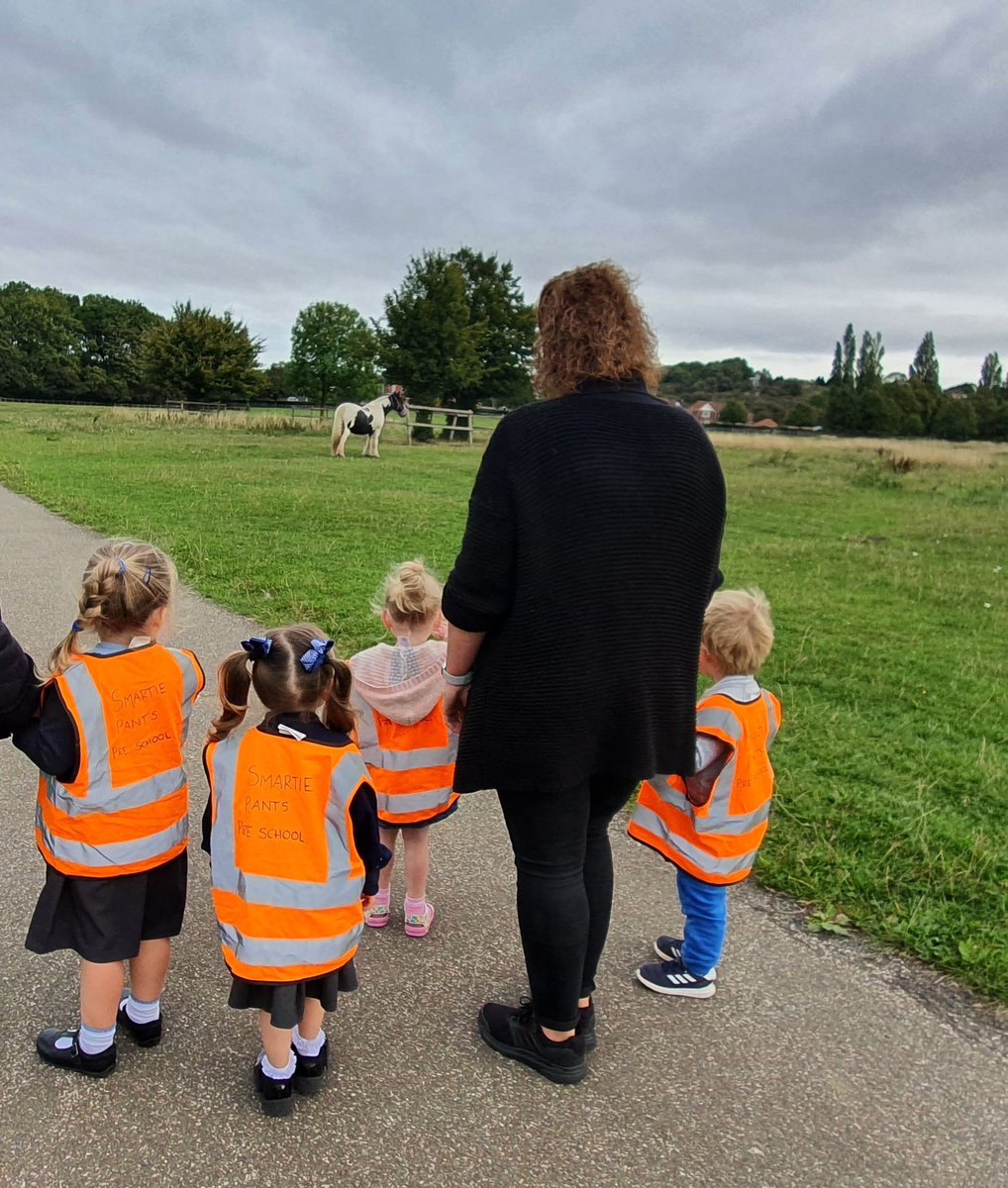 A lovely walk to the West Common today to see the horses! We collected 21 conkers!  #fantasticfriday #smartiepants #lincolnuk https://t.co/JgOdGdWwOU