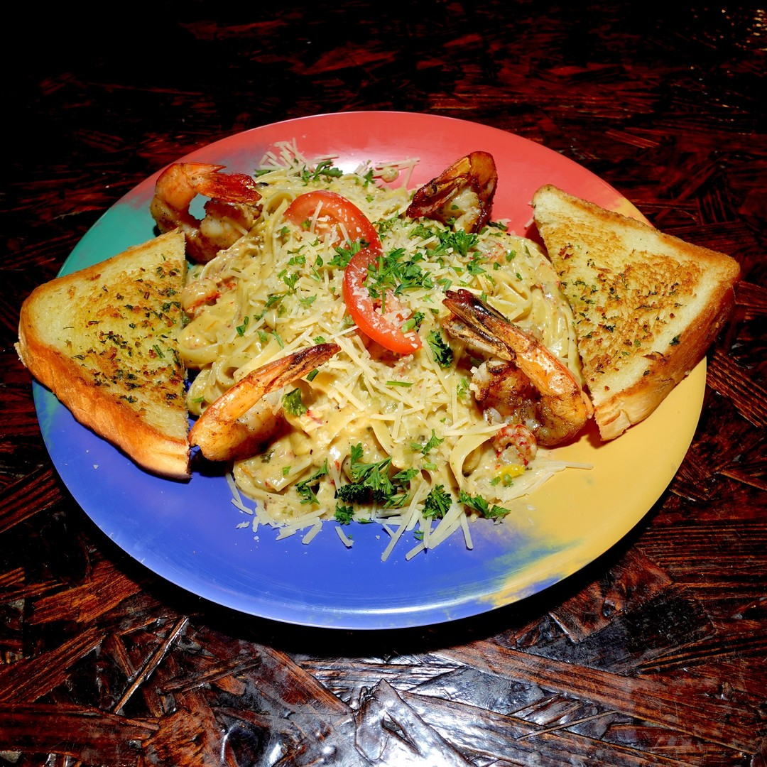 IT'S FRI-YAY! Satisfy your appetite with our delicious 🤤 lunch special: krawfish fettucine with grilled shrimp and garlik TX toast. Dine-in or order online at https://t.co/FyJKKYjaKP. . #tgif #friday #lunch #crawfish #shrimp #weekend #supportsmallbusiness #supportblackbusiness https://t.co/asENkaFlHz