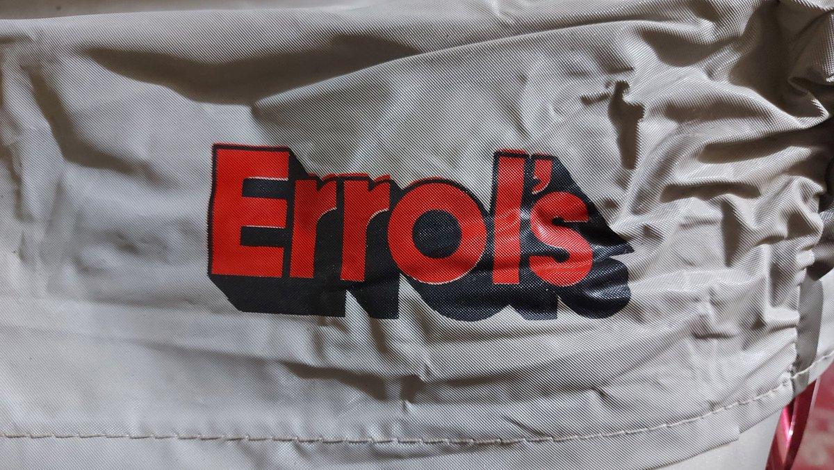 Aún tengo la funda de Errol's con la que tapaba mi reproductor de Vhs...(Parece que se me cayó el carnet) 🙄🤣👵📼 #Errols #Vhs #Los90 #Años90 https://t.co/G6viMNY0sI