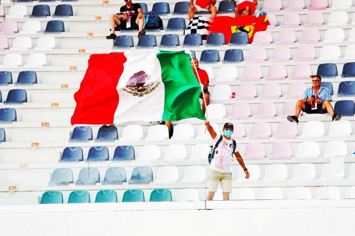 ¡Qué mejor que ver la bandera más hermosa del mundo en la tribuna en el primer día que los fans están de regreso!  ¡Gracias por todo su apoyo! #TuscanGP https://t.co/YJ5JQqxqIT