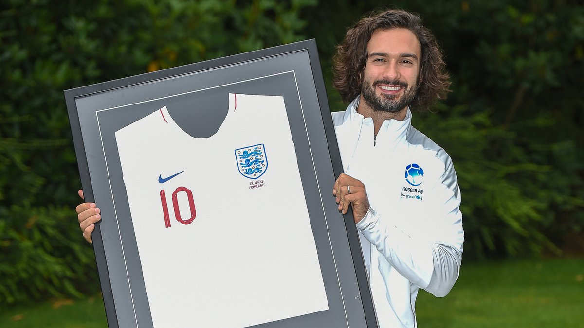 From one number 🔟 to another.  Introducing our newest #Lionhearts member: @thebodycoach  Thanks for helping us welcome him to the team, @WayneRooney 👊