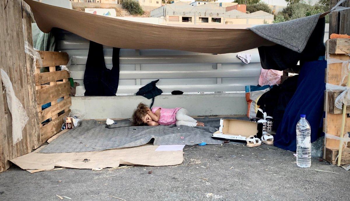 Una niña refugiada, la puta calle y dos manos para taparse los oídos y tratar de dormir. Europa, Grecia. Foto @daphnetoli https://t.co/yat3ETpaWh