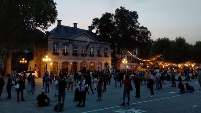 Honderdtal demonstranten eist op Vrijthof actie voor Moria -. Politie te paard , traangas en rubberen kogels inzetten svp en Mochten er sociale en psychiatrische gevallen gehaald worden,dan huisvesting in centrum Maastricht  op  rekening demonstranten.