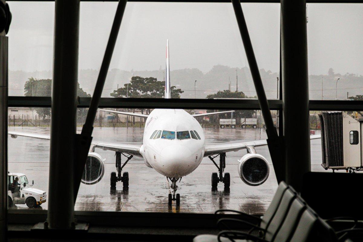 Que saudades de ver a chuva escorrendo nas janelas do #AeroportoBSB! Já estamos há 118 dias sem... e continuamos contando! 💦 (📷: Felipe Menezes)  #Brasília https://t.co/bcCpCfE7Dx