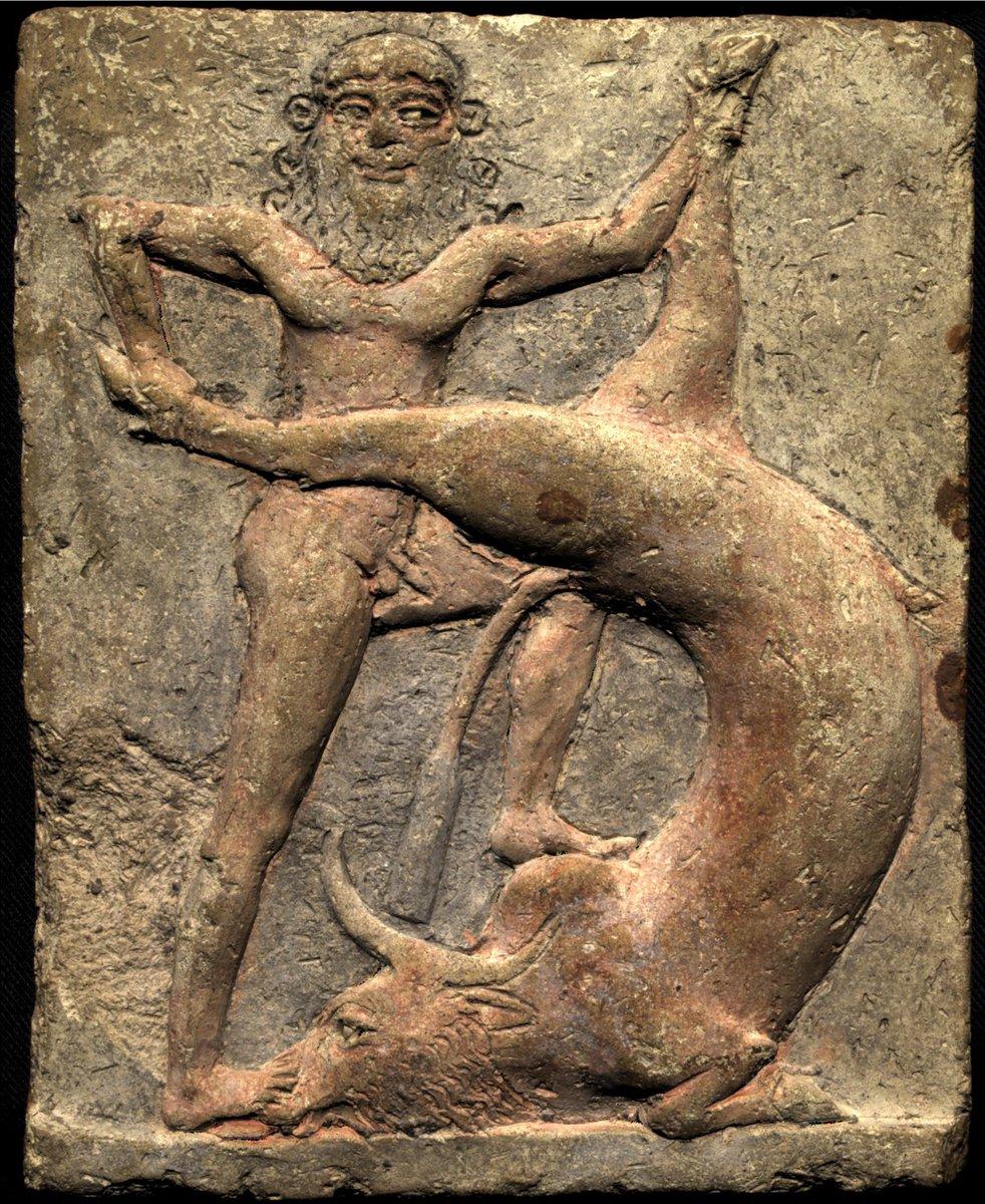 Voici une représentation de Gilgamesh terrassant le taureau céleste.  Cette plaquette en terre cuite montre le héros mésopotamien et roi de la ville d'Uruk. L'épopée de Gilgamesh fut rendue célèbre par les tablettes d'écriture cunéiformes. Actuellement au @ArtHistoryBRU. https://t.co/Z9eeAoKxjA