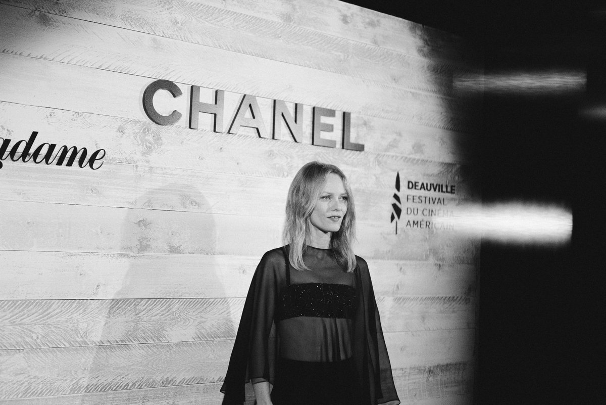 House ambassador & jury president of the 46th edition of the Deauville American Film Festival Vanessa Paradis wore a black embroidered top & a silk cape from the CHANEL Cruise 2020/21 collection at the Madame Figaro annual dinner. #CHANELinCinema #CHANELCruise #CHANELMakeup https://t.co/V0tBXF6zrM