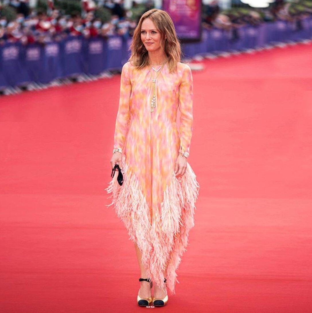 .#VanessaParadis, Présidente du jury du 46e Festival du Film Américain de #Deauville2020, est arrivée à la soirée d'ouverture dans une robe en soie de la collection #CHANELMetiersdArt 2019/20.  #CHANELinCinema #CHANELinDeauville  👉  #espritdegabrielle