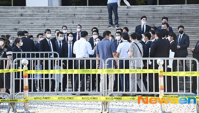 Lets not conveniently forget that just days ago BTS had received similar situation to a presidential arrival for their appearance on a prime time news segment yet they still thought they werent famous enough... the one who paved the way also some of the most humble people