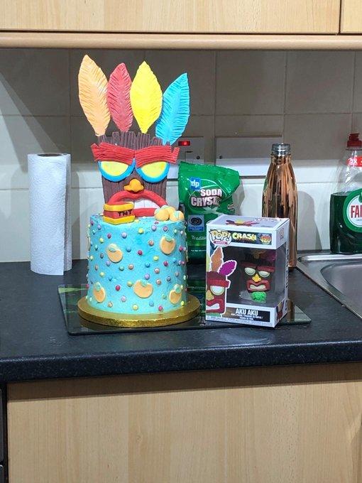 #Cake 🍰 Awesome of the Day ⭐ ➡️ #Geek 🤓 @Naughty_Dog #CrashBandicoot #AkuAku #Videogame 🔁 Cake via @bandicootpage #SamaCake 🎂 #SamaGeek 🧐  ➡️ View More #SamaCollection 👉 https://t.co/Kugls3IJqU